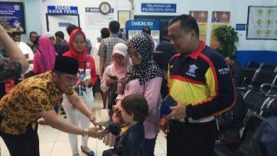 Photo of Satpas SIM Pasar Segar Rutin Bagikan Nasi Bungkus ke Pemohon