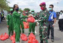 Photo of MARINIR DAN TEAM INFINITY INDONESIA BAGIKAN MASKER DAN SEMBAKO UNTUK RINGANKAN WARGA DARI DAMPAK COVID-19